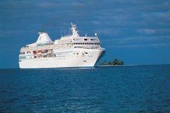 Paquebot au large de Bora Bora (© Atamu RAHI - Iconotec)