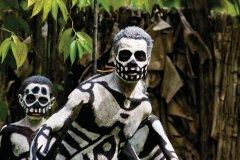 Skeleton man. Personnage d'une pièce de théâtre jouée dans le village de Mindima. (© Philippe Gigliotti)