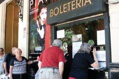 La foule se presse pour aller voir Piaf au théâtre. (© Maxence Gorréguès)