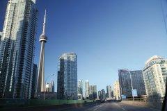 Tour CN et centre de Toronto, vus de l'Expressway Gardiner. (© Stéphan SZEREMETA)
