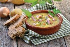 Soupe de pommes de terre et lardons à la sauce autrichienne. (© KabVisio - iStockphoto)