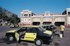 Taxis devant la gare de Dakar. (© Tom Pepeira - Iconotec)