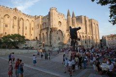 Devant le Palais des Papes d'Avignon. (© Avignon Tourisme - Yann de Fareins Noir d'Ivoire)
