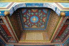 Détail du plafond en bois peint de la madrasa Amir Alim Khan. (© Patrice ALCARAS)