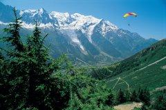 Parapente devant le mont Blanc (© PAULETTE RICHARD - ICONOTEC)