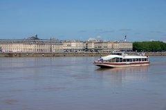 Bateau naviguant sur les bords de la Garonne - Bordeaux (© STOCKFOTO - FOTOLIA)