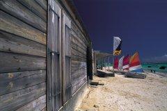 Cabane et bateaux sur la plage du Gosier. (© Itzak Newmann - Iconotec)