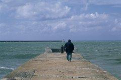 Marin sur la jetée (© MARC AUGER - ICONOTEC)