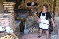 Préparation d'un dessert au feu de bois, à base de farine, d'oeufs et de sucre. (© Stéphan SZEREMETA)
