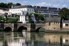 Le pont de pierre de Saint-Goustan, au pied de la cité d'Auray (© Musat - iStockphoto.com)