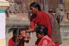 Tous les jours, les Népalaises se rendent au temple pour faire leur puja (cérémonie d'offrande). (© Author's Image)