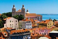 Vue sur le vieux Lisbonne, son Monastère de Saint-Vincent de Fora et ses batiments colorés. (© Lushik - iStockphoto)