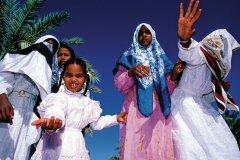 Femmes et enfants en habits de fête. (© Sylvain GRANDADAM)