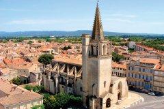 Survol de Tarascon et de son église Sainte-Marthe. (© Jenifoto - iStockphoto)