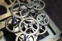 Mécanisme d'horloge ancienne en cours de restauration. (© ATELIER D'HORLOGERIE - VASSORT & JOUBERT)