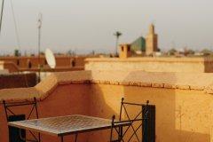 Vue sur les toits de Marrakech depuis la terrasse du Riad Al Jazira. (© Sébastien CAILLEUX)