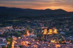 Vue sur la ville de Foix et son château. (© joseph_hilfiger - Adobe Stock)