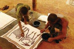 Peinture des tentures sénoufo. (© Elodie VERMEIL)