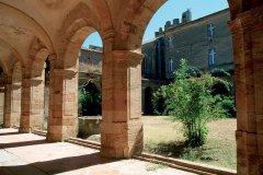 Dans le cloître de l'abbaye de Lagrasse (© IRÈNE ALASTRUEY - AUTHOR'S IMAGE)