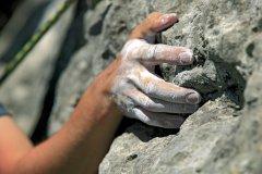 Les mains poudrées du grimpeur jouent avec la roche pour se hisser jusqu'au sommet (© Lionel MONTICO)