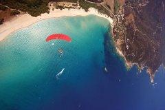Saut en parachute au dessus de golfe du Valinco (© www.corseparachutisme.com)