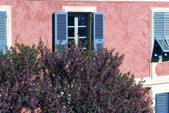 Façade fleurie à Bastia (© PHOVOIR)