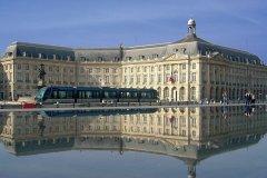 Le miroir d'eau place de la Bourse, à Bordeaux (© Claude COQUILLEAU - Fotolia)