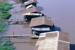 Maisons au bord de l'eau à Phitsanulok. (© S.Nicolas - Iconotec)