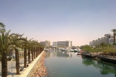 Dans le coeur de la ville, passage piéton entouré d'hôtels, dans le lagon artificiel. (© Camille ESMIEU)
