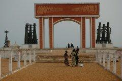 La porte du Non-Retour. Départ des esclaves. (© C. THARREAU - Association 1,2,3 Déclics)