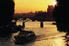 Couleurs du soir sur le pont des Arts - Paris (© TOM PEPEIRA - ICONOTEC)