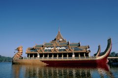 Le Karaweik Palace sur le lac Kandawgyi. (© Author's Image)