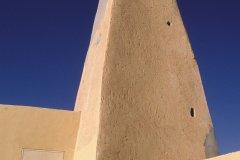Imam mozabite sur le toit de la mosquée (© Ismaël Schwartz - Iconotec)