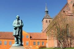 Statue de l'auteur de contes Hans Christian Andersen, devant l'église de Saint Knud in Odense. (© Peter Topp Engelsted Jonasen)