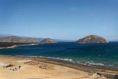 """La plage et l'île de Guinni Kôma (ou """"l'île du diable""""). (© Eyerusalem ABERA)"""