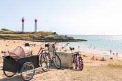 La plage de l'Anse de la Croix et le phare de l'île d'Aix. (© Julie Paulet - OT Rochefort Océan)