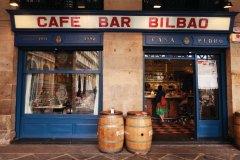 Le café-bar Bilbao (Plaza Nueva) propose sur son comptoir les traditionnels pintxos basques. (© Philippe GUERSAN - Author's Image)