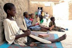 Les enfants sont parfois confiés aux instructeurs des écoles coraniques afin de parfaire leur éducation (© Sébastien CAILLEUX)