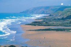 La plage de Bude est située dans un cadre sauvage magnifique. (© Alamer - Iconotec)