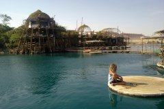 Vue sur la réserve de dauphins et le complexe sur pilotis. (© Camille ESMIEU)