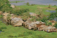 Habitations sur le Tonlé Sap. (© Alamer - Iconotec)