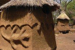Une soukala, maison traditionnelle lobi, dans l'enceinte du Kafolo Safari Lodge. (© Elodie VERMEIL)