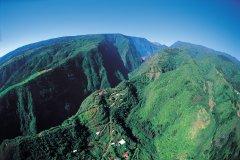 Réunion : Montagnes boisées de l'intérieur de l'île. - Atamu RAHI - Iconotec