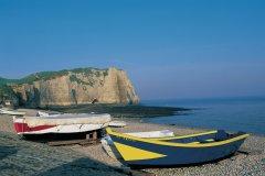 Barques sur la plage d'Etretat (© CALI - ICONOTEC)