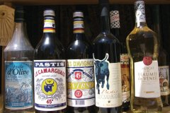Alcool et huile d'olive de Provence. (© Stéphan SZEREMETA)
