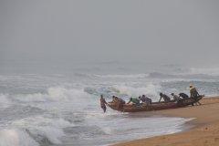 Départ des pêcheurs sur la plage de Ouidah. (© Pascal Mannaerts - www.parcheminsdailleurs.com)