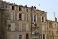 Façades du centre de Fontenay-le-Comte. (© Linda CASTAGNIE)