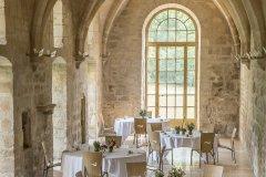 La table de Royaumont dans l'une des plus belles salles voûtées de l'abbaye. (© Yann Monel, 2017)