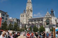 Joueurs d'échec sur la Groenplaats et vue sur la cathédrale Notre-Dame-d'Anvers. (© Author's Image)
