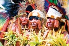 Danseuses de la région de Goroka. Goroka Show. (© Philippe Gigliotti)